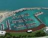 marina-cala-ponte-la-vista-aerea-da-terra-mette-in-evidenza-i-tre-pontili-con-altri-sei-moli-aggiuntivi